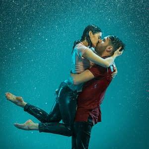 couple s'embrassant sous lapluie
