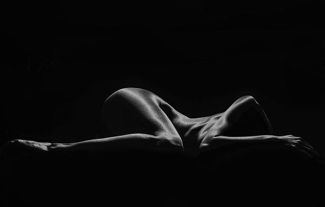 Femme allongée photo noir et blanc
